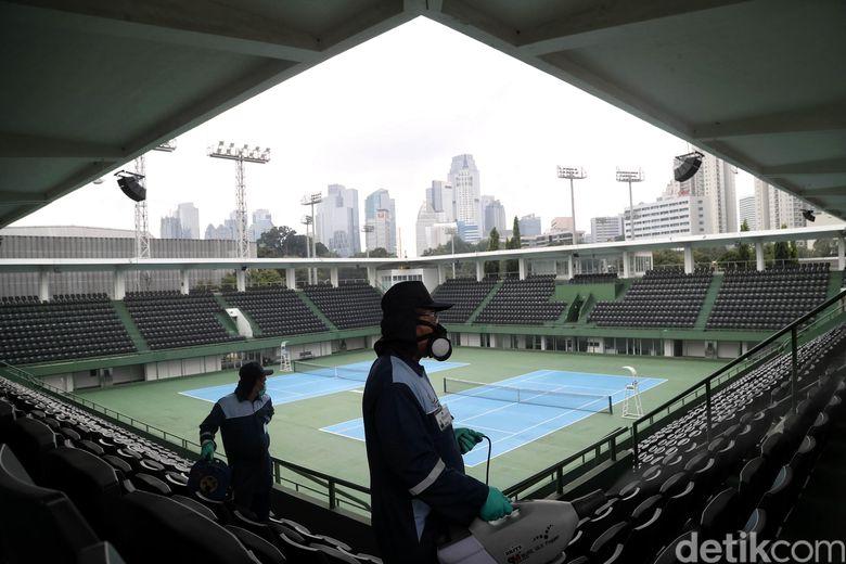 Operasi disinfeksi corona dilakukan di kawasan Tennis Indoor, Gelora Bung Karno, Jakarta. Hal itu dilakukan untuk sterilisasi selama masa social distancing.