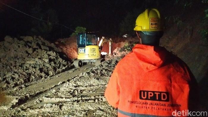 Longsor di Desa Salagedang Kecamatan Cibeber tertutup longsor hingga membuat akses jalan lumpuh