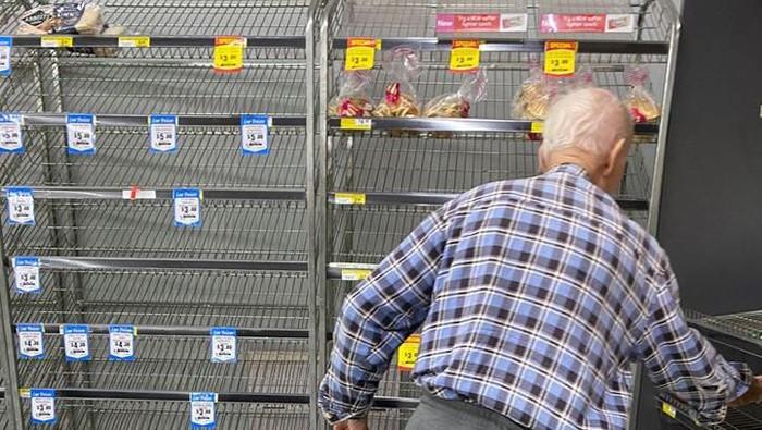 Di tengah pandemi virus corona atau COVID-19, fenomena panic buying alias belanja berlebihan memberikan dampak yang cukup parah terutama bagi yang membutuhkan. Contohnya adalah kakek ini yang nampak kebingungan karena tidak bisa membeli roti di tengah merebaknya virus corona.