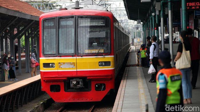 PT KCI mendata adanya penurunan jumlah penumpang KRL. Hal itu terjadi setelah adanya imbauan untuk mengurangi aktivitas di luar ruangan serta kerja dari rumah.