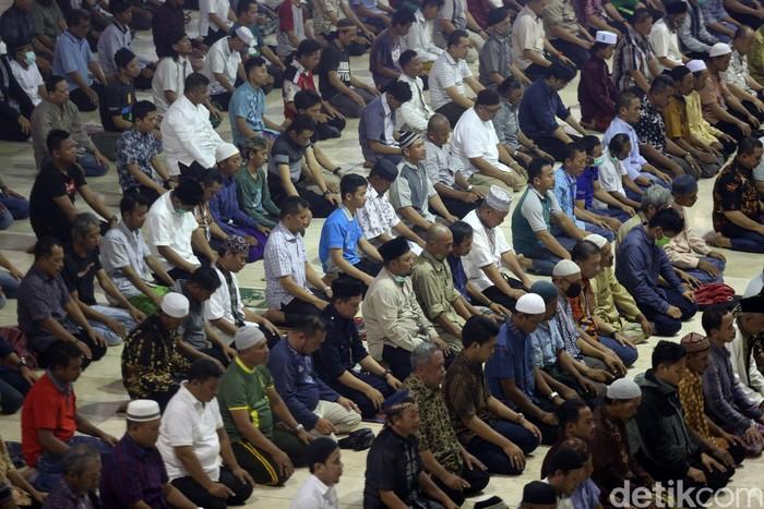 Masjid Istiqlal menggelar salat zuhur berjamaah sebagai pengganti salat Jumat. Para imam dan jemaah juga membaca qunut nazilah di tengah wabah corona.