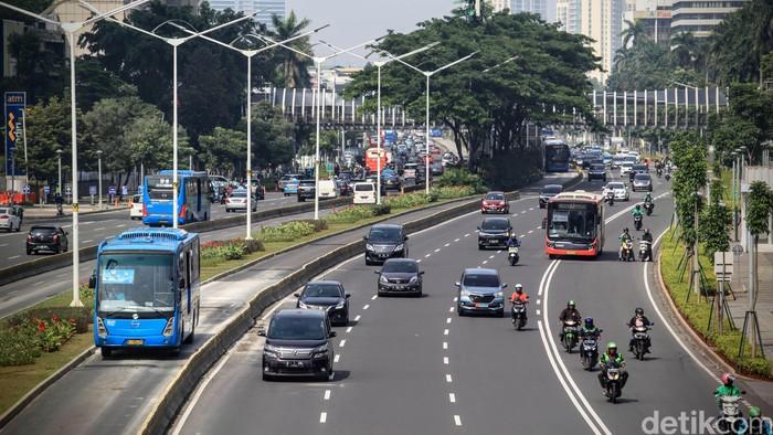 Himbauan bekerja dari rumah untuk meminimalisir persebaran virus corona berdampak pada arus lalu lintas yang lebih sedikit. Seperti terlihat di Jalan Sudirman, Jakarta.