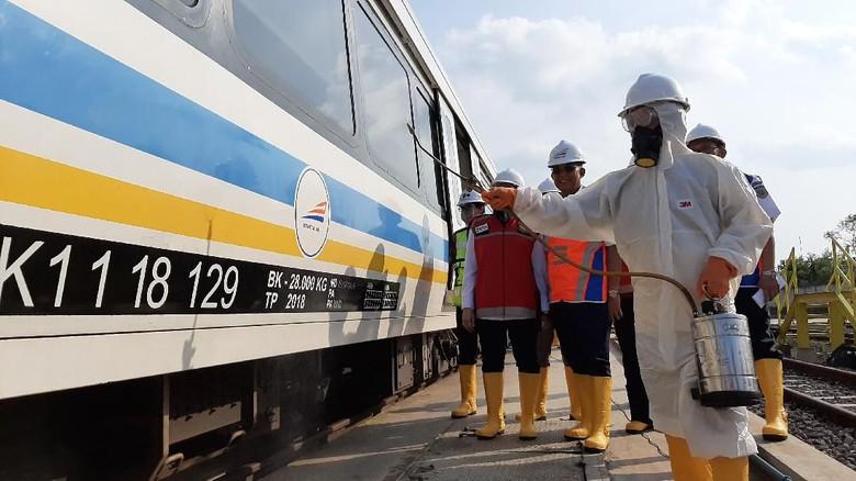 PT KAI menyemprotkan rangkaian kereta LRT untuk mencegah Corona (Raja Adil/detikcom)