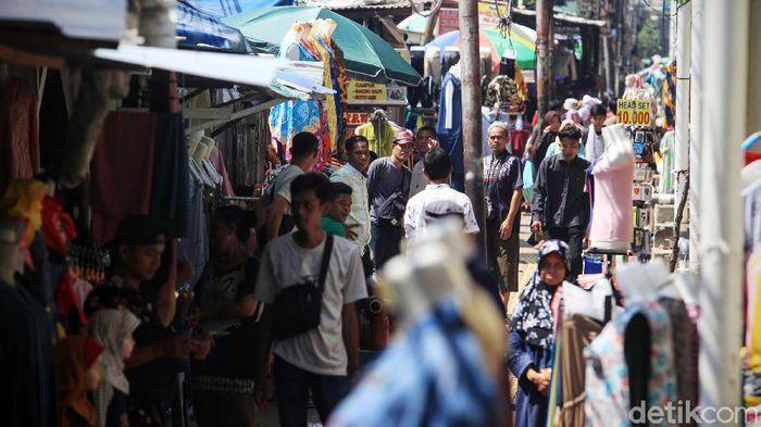 Para pedagang beraktifitas di Pasar Tanah Abang, Jakarta, Jumat (20/3/2020). Menurut sejumlah pedagang, terjadi penurunan jumlah pembeli secara signifikan sejak Senin lalu. Sepinya Pasar Tanah Abang karena himbauan berdiam di rumah untuk meminimalisir penyebaran virus Corona.