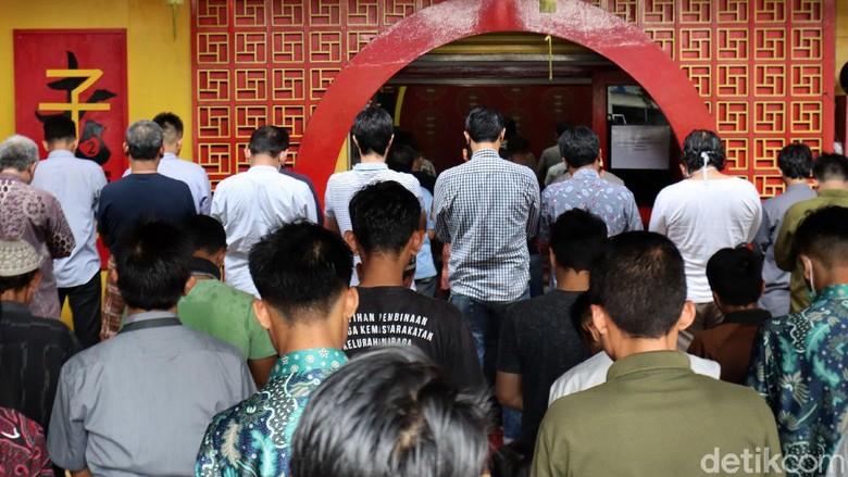 Di tengah wabah corona, Masjid Lautze, Kota Bandung, tetap menggelar salat Jumat. Ratusan orang mengikuti salat Jumat ini.