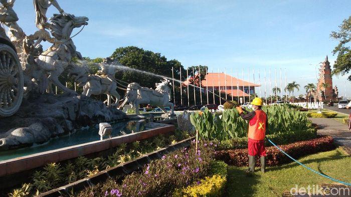 Taman Kota Hingga Pura di Badung Bali Disemprot Disinfektan