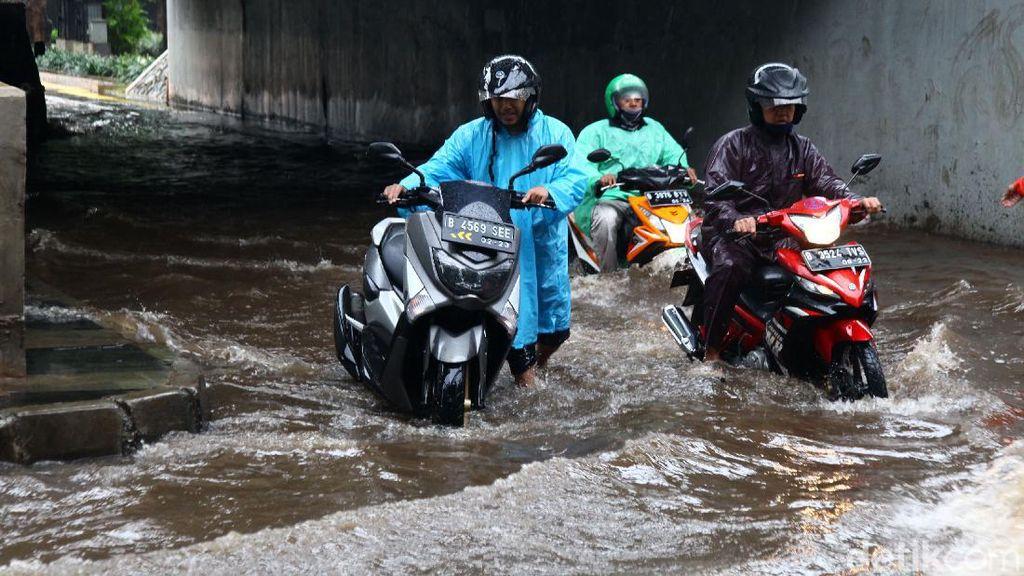 Kolong Semanggi Tergenang, Sejumlah Sepeda Motor Mogok