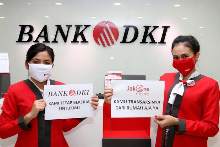 Meskipun demikian, layanan perbankan tetap beroperasi di Bank DKI. Petugas menyarankan agar nasabah dapat melakukan transaksi dari rumah saja dengan menggunakan produk perbankan digital yaitu JakOne Mobile. Foto: dok. Bank DKI