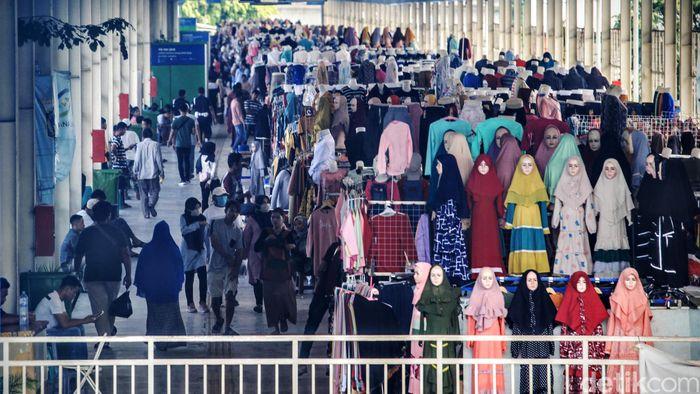 Berbagai jenis pakaian tetep dijajakan meski wabah virus corona melanda sejumlah negara termasuk Indonesia.