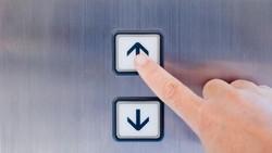 Berada di Lift 60 Detik, Wanita Ini Tularkan Corona ke 71 Orang