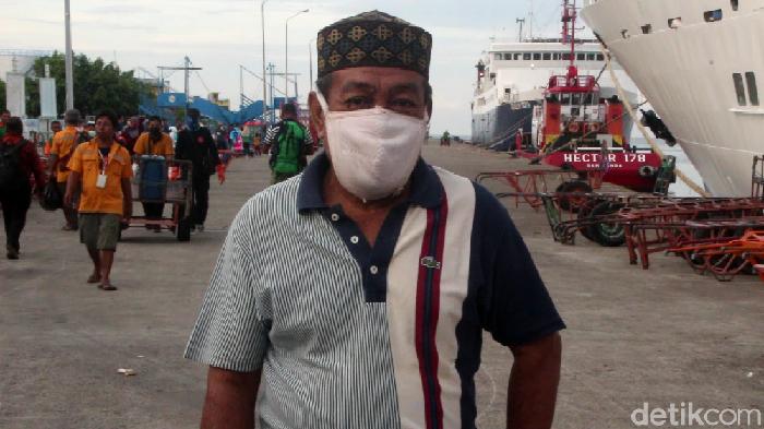 Warga memakai bra sebagai langkanya masker (Hasrul Nawir/detikcom)