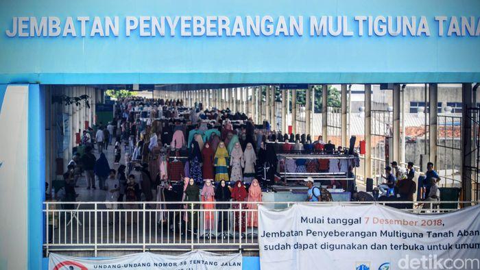 Para pedagang tetap menggelar dagangannya di jembatan penyeberangan multiguna atau skybridge Tanah Abang, Jumat (20/3/2020).