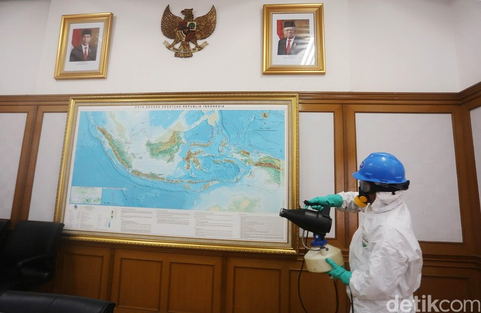 Petugas melakukan penyemprotan di Kantor KPU Pusat, Jakarta, Jumat (20/3/2020). Penyemprotan ini dilakukan guna mencegah penyebaran virus corona. Mulai hari ini seluruh karyawan KPU bekerja dari rumah.