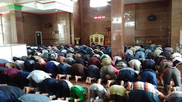 Salat Jumat di Masjid Muhammad Cheng Hoo.