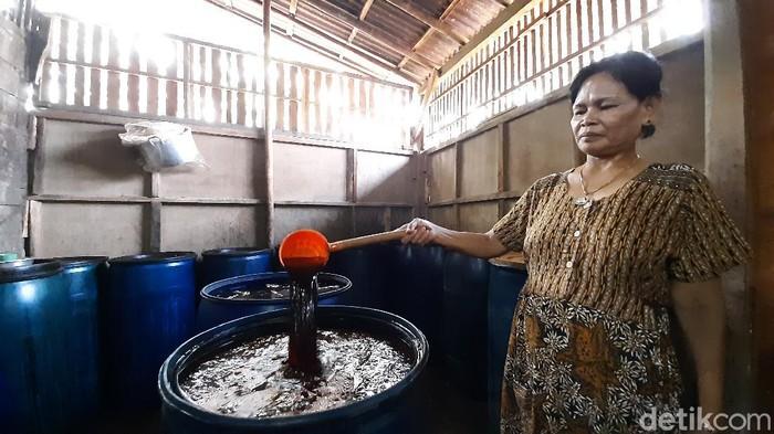 Warga di Banyumas yang produksi ciunya dilirik Bupati Banyumas untuk bahan membuat hand sanitizer, Jumat (20/3/2020).