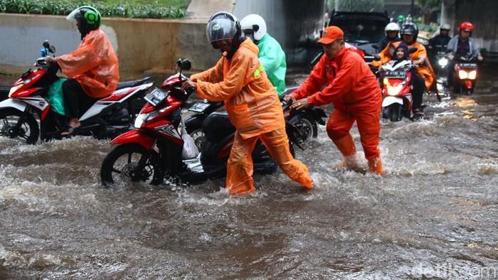 Hujan deras yang mengguyur Jakarta mebuat Kolong Semanggi, Jakarta Selatan, tergenang banjir, Jumat (20/3/2020). Sejumlah sepeda motor pun mogok.