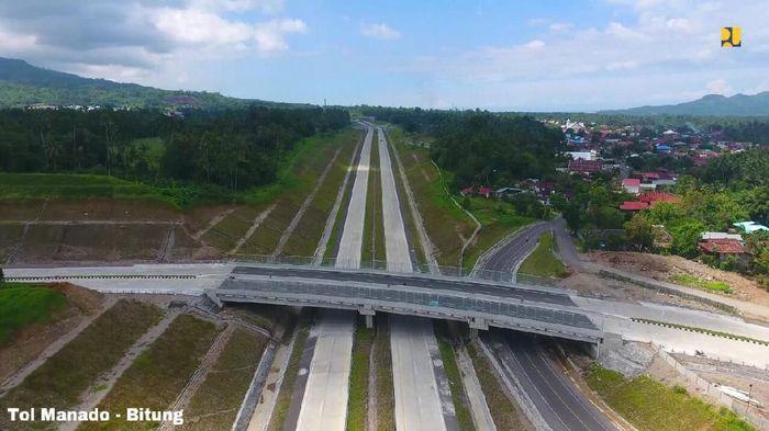 Pertama, ruas Tol Manado - Bitung dengan total panjang 39 km. Progres pembangunan Seksi I (Manado - Airmadidi) sepanjang 14 km telah mencapai 100%, baik lahan dan fisik. Seksi 2A (Airmadidi - Kauditan) sepanjang 6,5 km progres fisik 98,16% dan lahan 99,61%, ditargetkan selesai pada April 2020. Seksi 2B (Kauditan- Bitung) sepanjang 18,5 km progres fisik 45,59% dan progres lahan 97,25%, ditargetkan selesai pada akhir Desember 2020.Foto: Dok. Istimewa/Kementerian PUPR