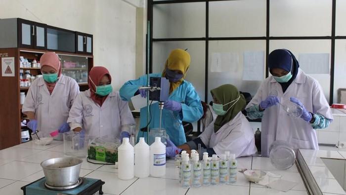 Universitas Muhmmadiyah Magelang bikin hand sanitizer
