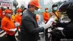 Agung Laksono Bagi-bagi Masker ke Pengendara