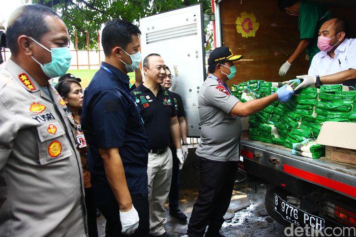 Nana Sudjana meninjau operasi pasar yang digelar oleh Bulog yang bekerja sama dengan Sugar Group Companies di Pasar Palmerah Jakarta.
