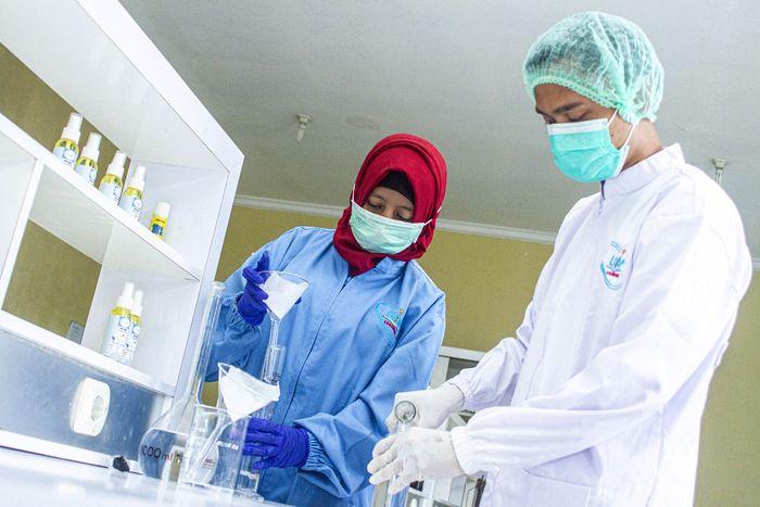 Hand sanitizer telah menjadi barang langka. Mahasiswa jurusan farmasi Universitas Buana Perjuangan (UBP) Karawang pun membuat cairan pencuci tangan tersebut.