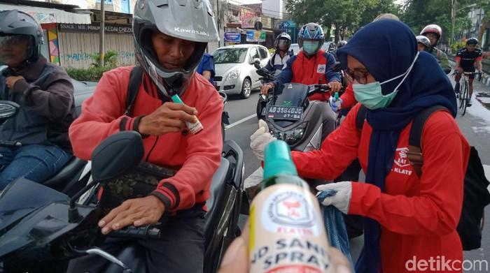 Apoteker bagikan hand sanitizer gratis ke pengguna jalan di Klaten, Sabtu (21/3/2020).