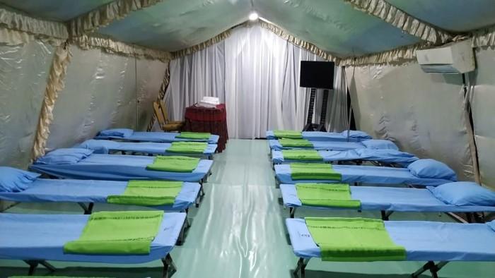 Tenda untuk rumah sakit darurat telah didirikan di RSKD Duren Sawit, Jakarta Timur. Rumah sakit darurat  itu akan digunakan untuk menangai pasien suspect corona.