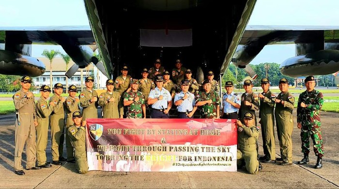 Kru Pesawat C-130 Hercules Skadron Udara 32 Lanud Abdulrachman Saleh Malang sebelum bertolak ke negeri Tiongkok untuk mengambil obat2an dan peralatan kesehatan yang sangat dibutuhkan pejuang2 kesehatan kita dalam memerangi epidemi Covid 19 di seluruh Tanah Air.
