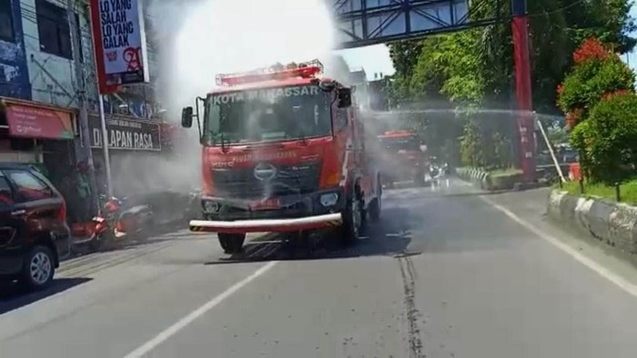 Pantai Losari dan bus di Makassar disemprot disinfektan untuk tangkal penyebaran virus corona. Penyemprotan dihadiri Pj Wali Kota Makassar Iqbal Suhaeb.