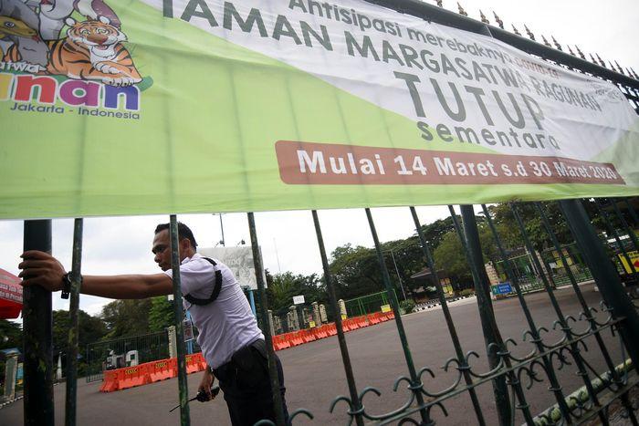 Taman Margasatwa Ragunan ditutup sementara untuk mengantisipasi penyebaran virus corona. Penutupan berlangsung hingga 30 Maret 2020.