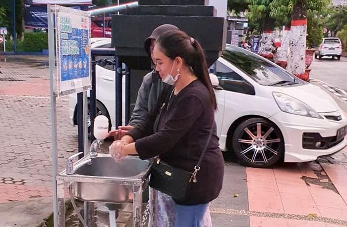 Guna menerapkan hidup sehat dan mengurangi penyebaran virus Corona yang merebak, penyediaan fasilitas cuci tangan mulai disediakan di beberapa tempat umum seperti ini. Termasuk di halaman Kantor perbankan Cabang Bank BRI Blitar, Jawa Timur.