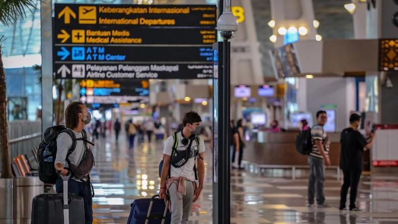 Calon penumpang menunggu jadwal penerbangan di Terminal 3 Bandara Soekarno Hatta, Tangerang, Banten, Sabtu (21/3/2020). PT Angkasa Pura II mencatat penurunan penumpang sebanyak 4-5 persen pada Februari dibandingkan periode yang sama tahun sebelumnya yang disebabkan oleh menurunnya pergerakan pesawat di bandara-bandara yang dikelola perusahaan sebesar enam persen akibat wabah COVID-19. ANTARA FOTO/Fauzan/aww.