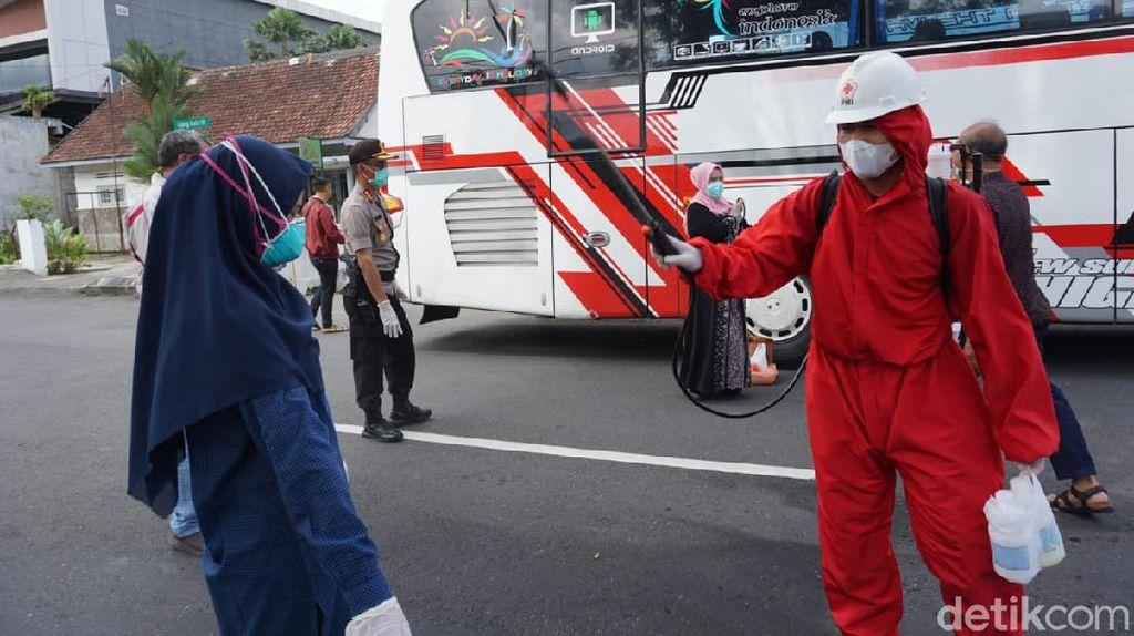 Polisi Banyumas Cuci Para Tamu Kondangan Asal Solo yang KLB Corona