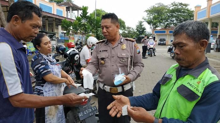 Polisi Pacitan Ajak Cuci Tangan Pengunjung Pasar Cegah Corona