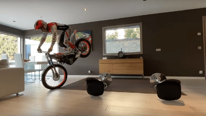 Pebalap motor trial trabasan di dalam rumah