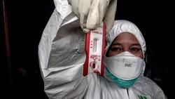 Petugas Dinas Kesehatan Kabupaten Bogor melakukan tes cepat (rapid test) pendektesian COVID-19 kepada orang dalam pengawasan (ODP) di Bogor, Jawa Barat.