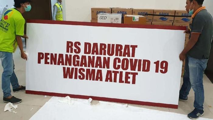 Wisma atlet Kemayoran akan dipakai menjadi rumah sakit (RS) untuk pasien corona (covid-19). Berbagai peralatan mulai dipasang.