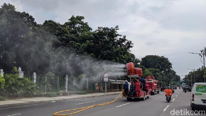 Ruas jalan protokol Sudirman-Thamrin menjadi salah satu lokasi yang disemprot disinfektan, Minggu (23/3). Selama proses penyemprotan, akses jalan bakal ditutup.