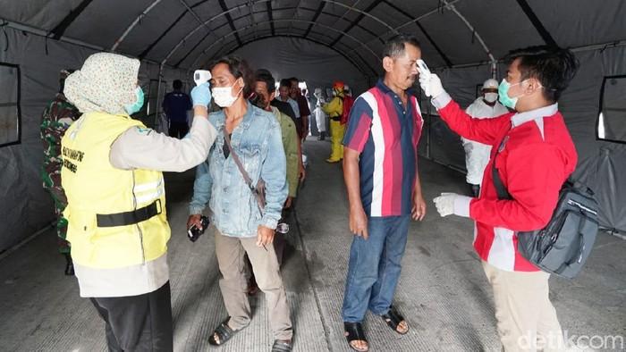 Penumpang kapal di Pelabuhan Ketapang Banyuwangi diwajibkan melewati terowongan disinfeksi. Terowongan itu merupakan hasil modifikasi dari tenda raksasa yang didirikan untuk mencegah penyebaran virus corona.