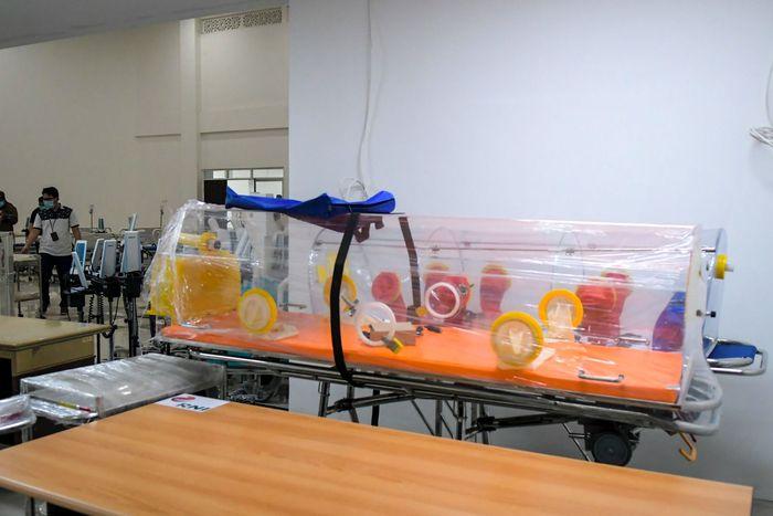 Petugas mempersiapkan alat medis di RS Darurat Covid-19, kompleks Wisma Atlet di Kemayoran, Jakarta, Minggu (22/3/2020). Pemerintah menyiapkan 2.500 kamar tidur di tower enam dan tujuh Wisma Atlet yang digunakan sebagai RS Darurat Covid-19 untuk penanganan pasien Covid-19. ANTARA FOTO/Galih Pradipta/foc.