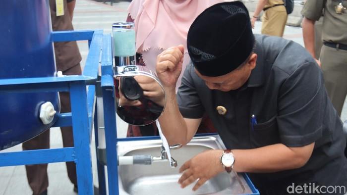 Pemkot Bandung memasang puluhan tempat cuci tangan di sejumlah wilayah. Hal itu dilakukan guna  cegah penyebaran virus Corona.