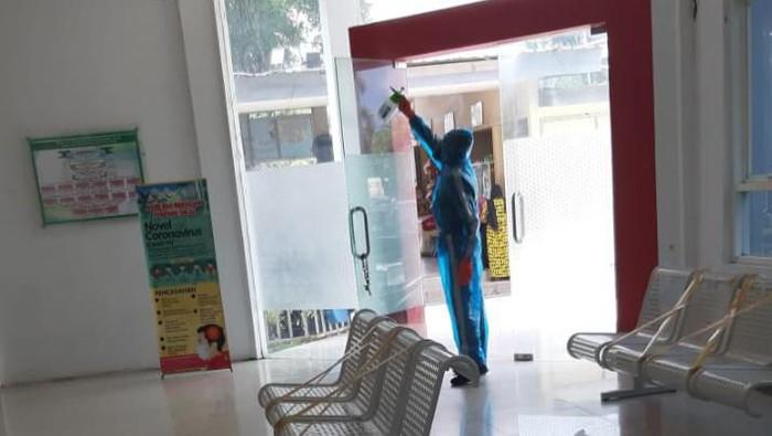 Mahasiswa UMI menyemprot disinfektan di RS Haji Makassar untuk membantu tenaga medis yang berjuang menghadapi wabah Corona (dok. ist)