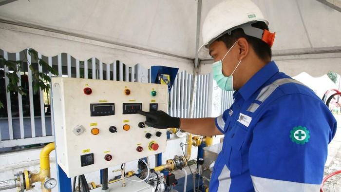 Petugas PGN memasok gas bumi di Wisma Atlet Kemayoran, Jakarta, Senin (23/2/2020). PT Perusahaan Gas Negara Tbk. (PGN) menyalurkan gas bumi untuk mendukung kebutuhan bagi tenaga medis maupun pasien di Wisma Atlet Kemayoran yang dijadikan pusat rehabilitasi pasien COVID-19. ANTARA FOTO/Rivan Awal Lingga/aww.