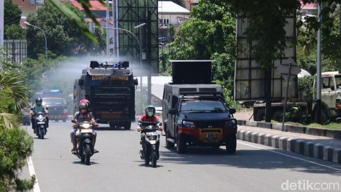 Water cannon semprotkan cairan disinfektan di Ambon.