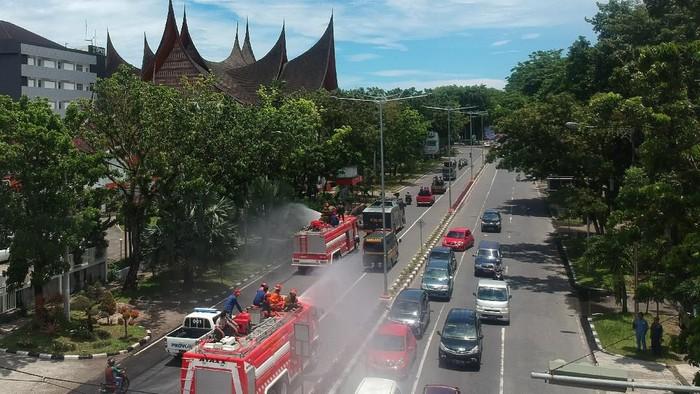 Fasilitas umum di Padang, Sumatera Barat, disemprot disinfektan. Penyemprotan dilakukan guna mencegah penyebaran virus corona.