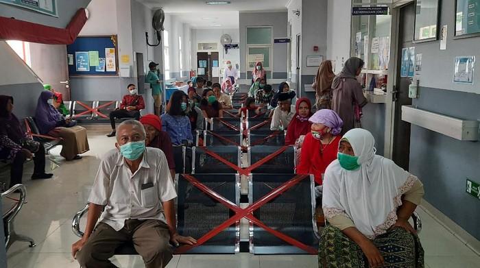 Puskesmas Surabaya Tetapkan Social Distancing Duduk Jarak Satu Meter