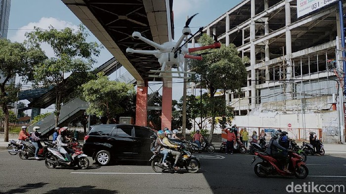 Wali Kota Surabaya Tri Rismaharini terus melakukan upaya pencegahan meluasnya wabah corona. Ia dan tim drone menyemprotkan disinfektan di jalan dan di kampung-kampung padat penduduk.