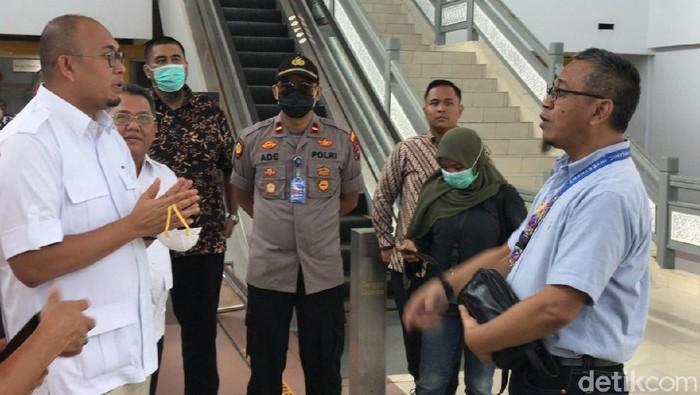 Anggota Komisi VI DPR Andre Rosiade mengecek kesiapan Banda Internasional Minangkabau dalam mencegah Corona.
