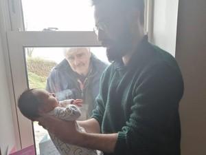 Potret Haru Kakek Lihat Cucu Baru Lahir di Jendela karena Social Distancing