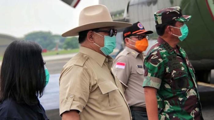 Pesawat Hercules yang membawa alat kesehatan dari China tiba di Halim Perdanakusuma, Jakarta. Menhan Prabowo Subianto menyambut langsung bantuan tersebut.